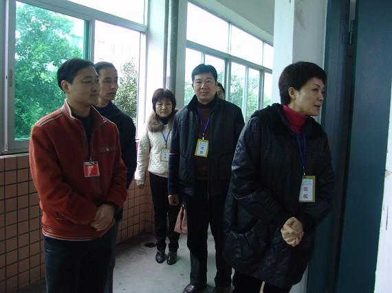 教育局副局长陈红巡视考点