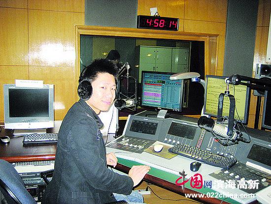 高海波在天津广播电台直播间